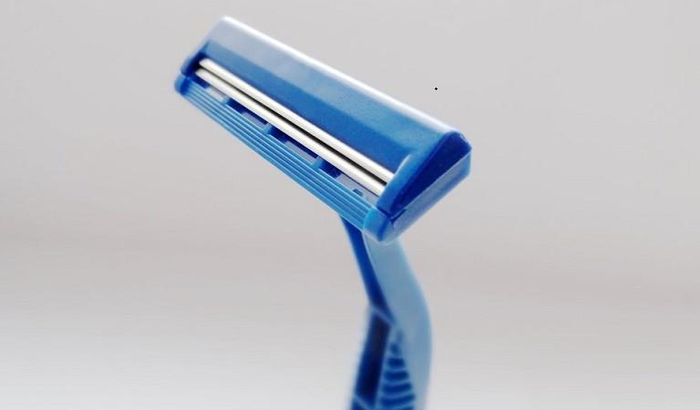 При бритье порезался 28