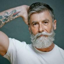 Почему белая борода у мужчин, а волосы темные