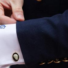 Как выбрать, надеть и носить запонки на рубашке?