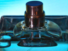 Каким ароматом обладают мужские духи в голубом флаконе?