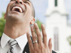 На какой руке и пальце носят обручальное кольцо мужчины в России?
