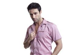 Как и с чем носить рубашку мужчине: правила этикета