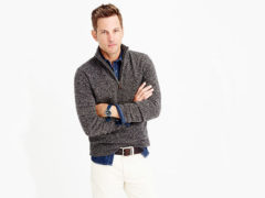 Как носится рубашка под мужской свитер?