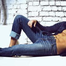 С чем носить джинсы мужчинам: черные, синие и белые варианты