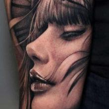 Татуировки с изображением девушки на руке для мужчин
