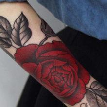 Татуировка розы на руке у мужчин: подборка и значение
