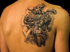 Выбираем татуировку на лопатке для мужчин