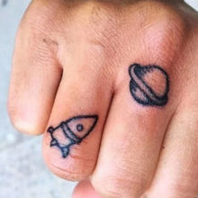 Популярные татуировки на пальцах рук для мужчин