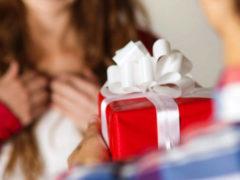 Как выбрать недорогой подарок девушке: идеи и предложения