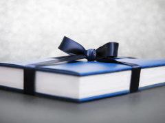 Какую книгу подарить девушке: подборка самых интересных книг для женщин