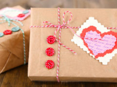 Как оригинально преподнести девушке подарок?