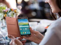 Какой телефон подарить жене и как это сделать?