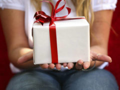 Элитные подарки для женщин: подборка лучших