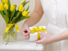 Что можно подарить  женщине на 45-летие: выбираем подарок  вместе