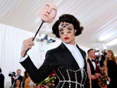 Мужчина в платье с 7 глазами на лице: эпатажные и странные образы Эзры Миллера